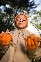 jongen met bladeren foto