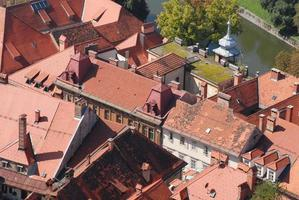 rode daken van de stad foto