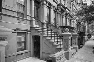 new york huizen in perron harlem in b & w foto