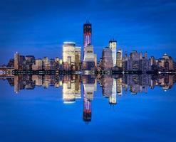 skyline van new york met een wereldhandelscentrum 's nachts foto