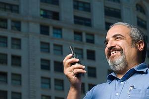 man met walkietalkie foto
