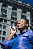 vrouw op mobiele telefoon foto
