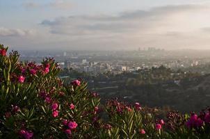 zonsondergang over de skyline van de stad los angeles foto