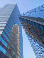 reflecterende moderne skyskrapers in hong kong foto