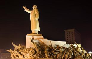 mao standbeeld met helden zhongshan plein shenyang china nacht foto