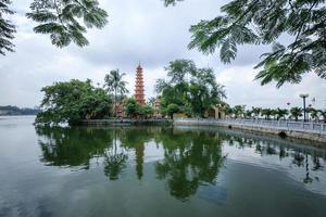 tran quoc pagode weerspiegeld in het meer foto