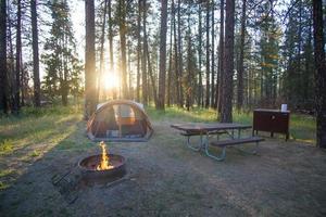 kamperen voor zonsondergang foto