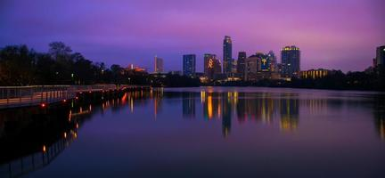groothoek 's nachts austin skyline voor zonsopgang reflecties