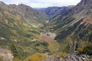 wandelen in de herfst gebladerte, rotsachtige bergen, Colorado