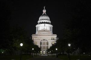staat capitol gebouw 's nachts in het centrum van austin, texas foto