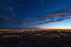 Phoenix stadslichten in de schemering foto