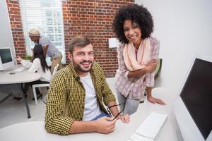 creatieve zakenmensen met behulp van computer foto