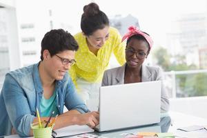 jonge creatieve team met een bijeenkomst foto