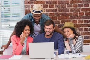 creatief team met behulp van laptop in vergadering foto