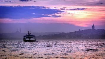 kleurrijke zonsondergang in Istanbul foto