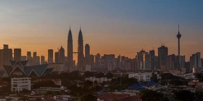 panoramisch van de stad Kuala Lumpur bij zonsopgang (2x1) foto