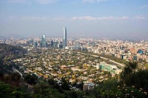 uitzicht op de skyline van Santiago vanaf Cerro San Cristobal, Chili foto