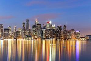 gebouwen in het centrum van Toronto bij avondschemering foto