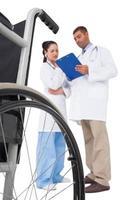 artsen bespreken iets op het klembord foto