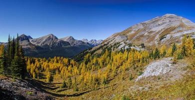 prachtige berglandschappen in de herfst foto