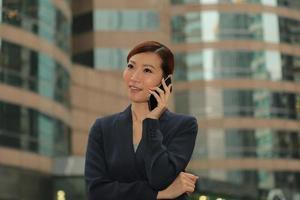 Aziatische zakelijke vrouwen met behulp van haar smartphone foto
