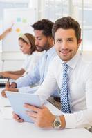 zakenman met collega's in de bestuursvergadering foto
