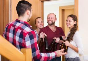 vrienden samenkomen op feestje foto