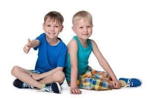 twee kleine jongens zitten bij elkaar foto