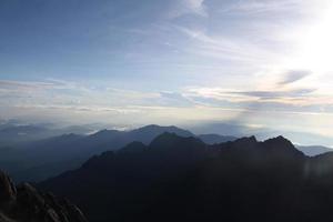 heilige berg kinabalu in sabah. uitzicht op de top van de berg foto