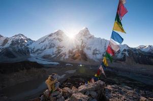 mt. allerest bij zonsopgang vanaf de top van kala patthar, nepal foto