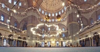 grote moskee en biddende moslims. foto