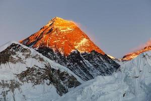 avond uitzicht op de top van de berg everest van kala patthar foto