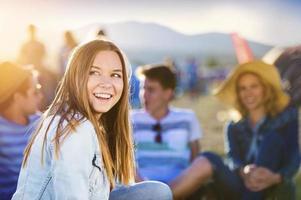 mooie tieners op zomerfestival foto