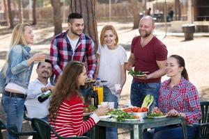 vrienden samen fotograferen op barbecue foto