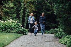 gelukkig gezin buiten foto