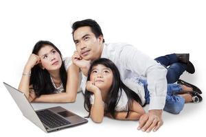 Aziatische familie die iets droomt foto