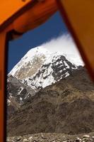 uitzicht vanaf ingang van oranje expedities tent foto