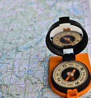 uitrusting voor reizen - kaart en kompas. foto