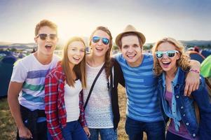 tieners op zomerfestival foto
