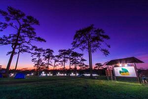 het landschap van de de winterzonsondergang bij phukradung nationaal park, Azië Thailand foto