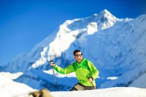 man wandelen in de bergen van de Himalaya in nepal