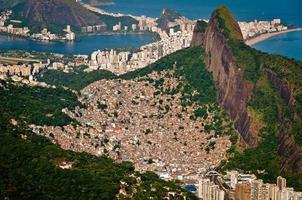 slum rocinha en aerial rio de janeiro foto
