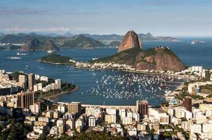 Rio de janeiro skyline met suikerbroodberg foto