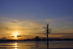 ijzige blauwe zonsondergang