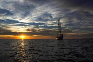 zeilboot zonsondergang foto