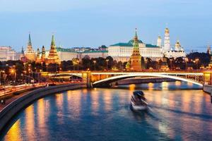 kremlin van Moskou bij zonsondergang foto