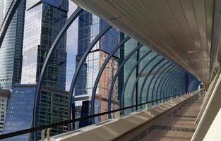 voetgangersbrug in het zakencentrum van de stad Moskou, Rusland foto