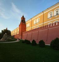 detail van de muur en de torens van het kremlin, moskou, rusland foto