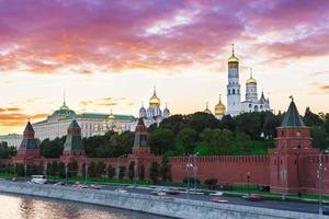zonsondergang uitzicht op het kremlin in Moskou foto