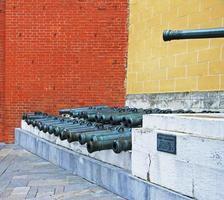 oude artilleriekanonnen in het kremlin van moskou, rusland foto